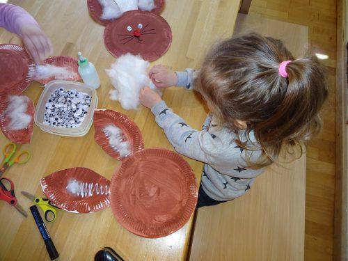 Wir basteln Osterhasen aus Papptellern.